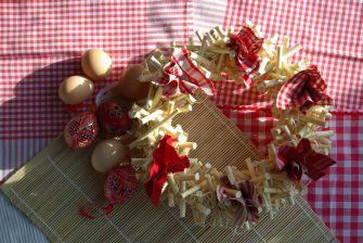 Červený velikonoční věnec