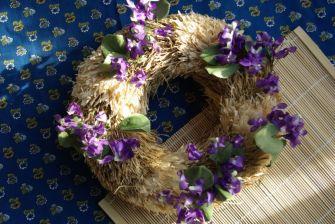 Velikonoční věnec s fialkami